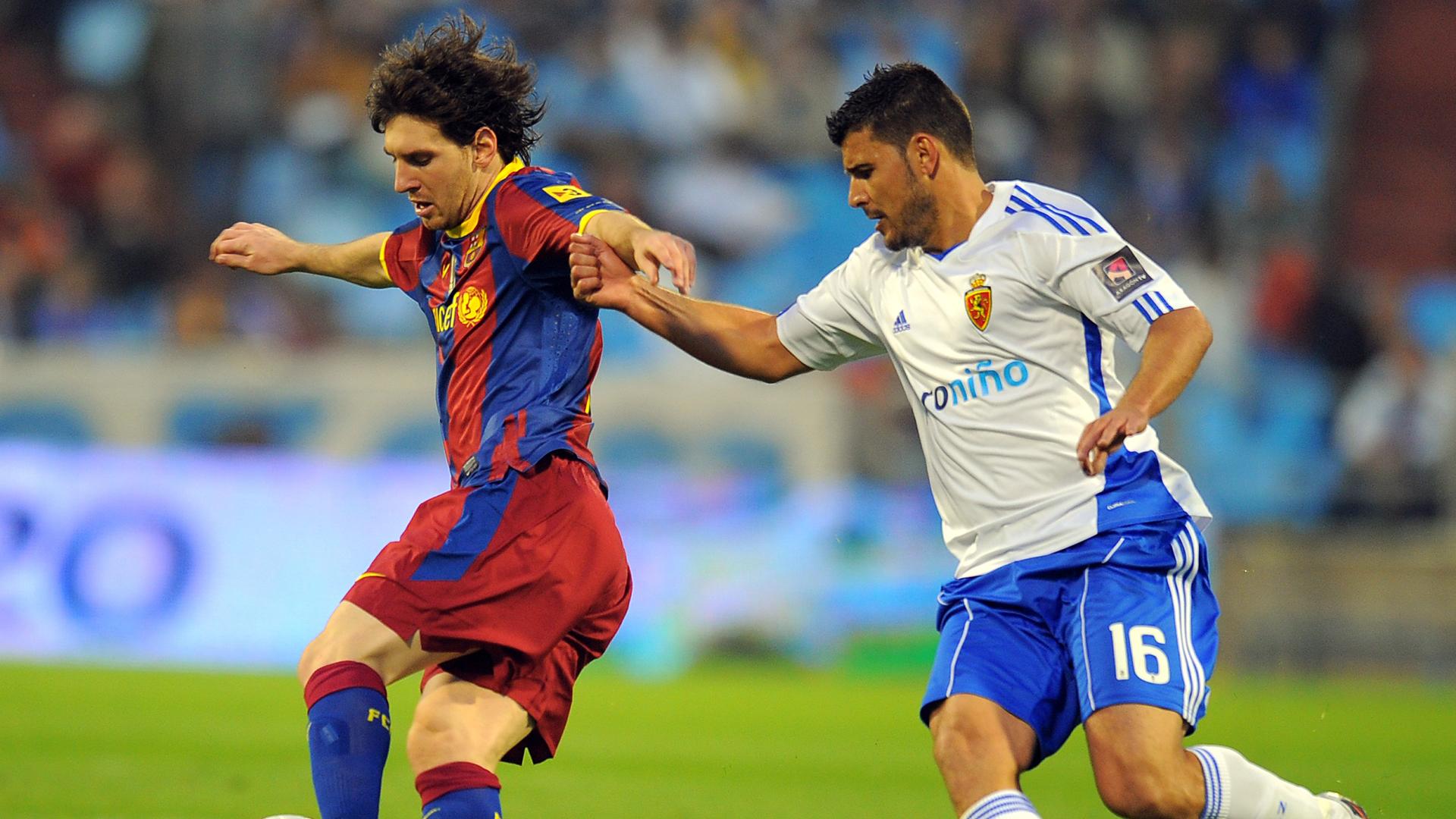 Lionel Messi on a run against Zaragoza