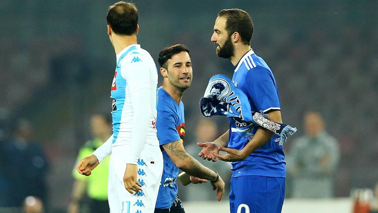 Juventus Turin: Platzstürmer attackiert Gonzalo Higuain | Goal.com