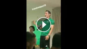 Andrés Guardado cantando