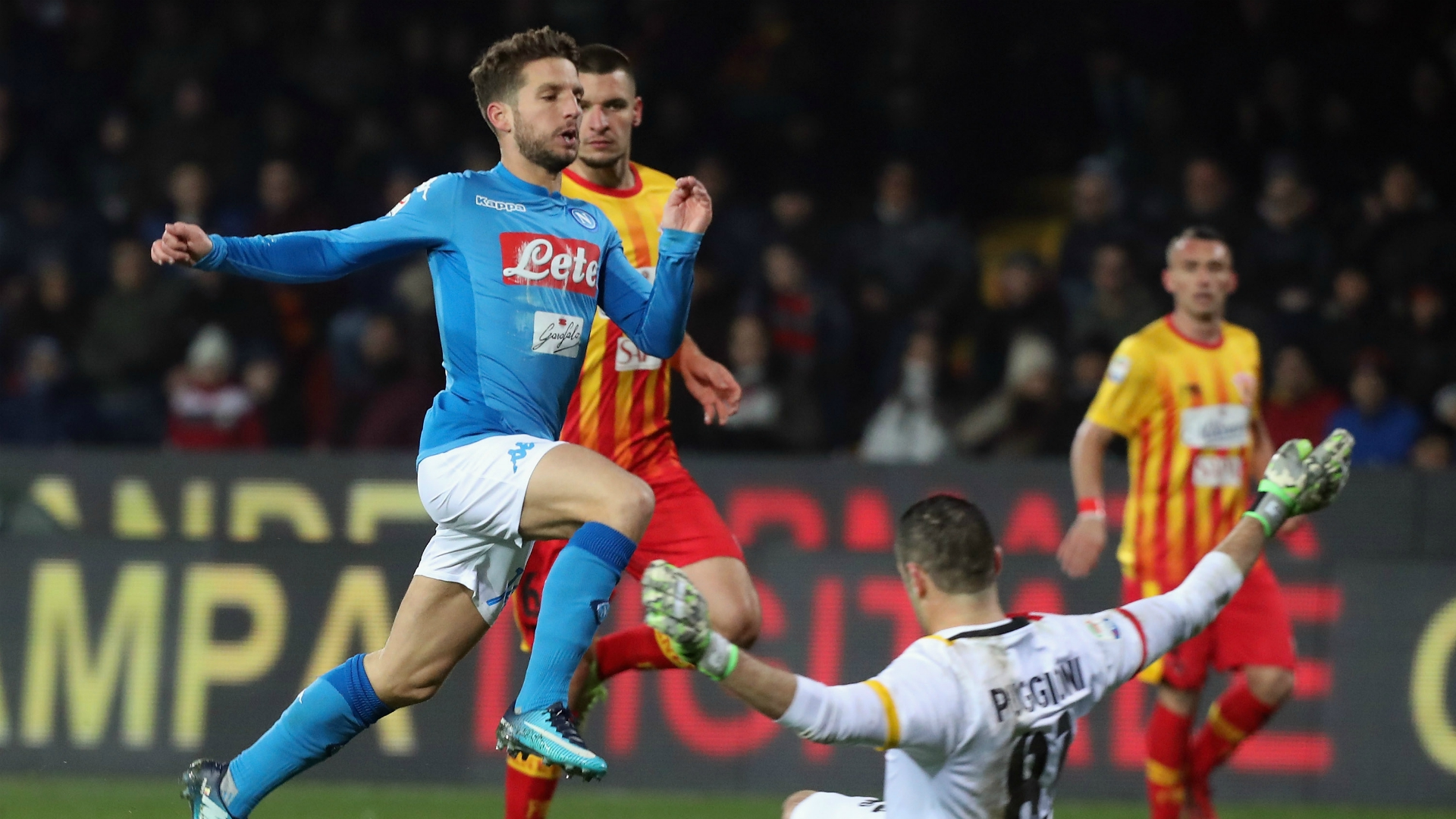 Benevento-Napoli 0-2: gol di Mertens e Hamsik, infortunio al belga