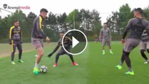play túnel a Alexis en la práctica de Arsenal