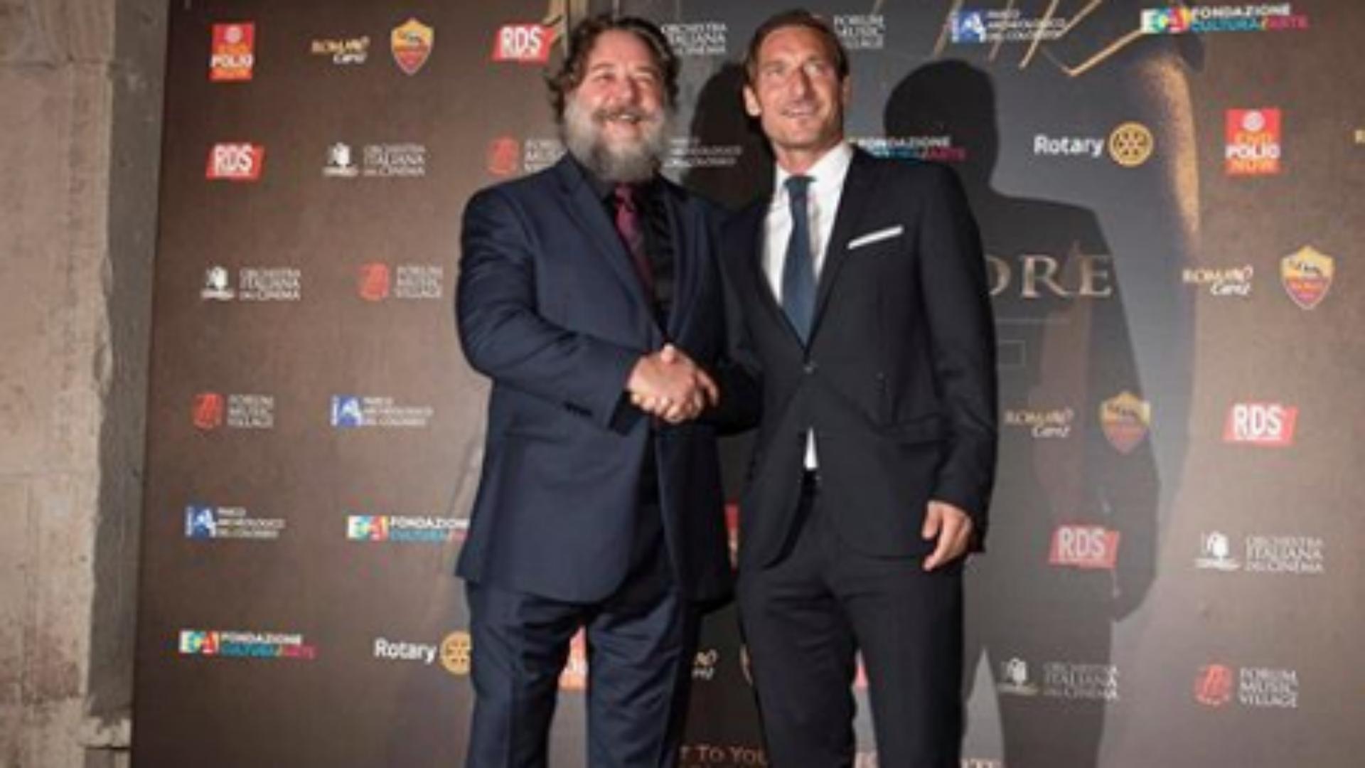 ¿Cuánto mide Russell Crowe? - Altura - Real height - Página 4 Totti-russel-crowe_1b64nhxrd24pq1a107z4gajg7i