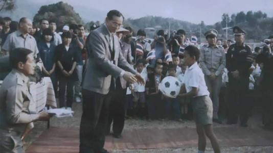 """Image result for """"เด็กในภาพ"""" เล่าเหตุการณ์รับมอบลูกบอลจากพระหัตถ์ในหลวง ร.9"""