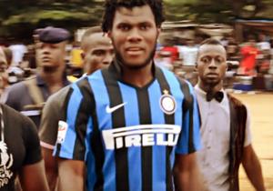 Autunno 2016. Kessié, all'epoca all'Atalanta, viene immortalato in Costa d'Avorio durante una partitella tra amici, per strada, con una maglia dell'Inter: è quella dell'amico Gnoukouri. Non sapeva ancora che nel suo futuro ci sarebbe stato il Milan...