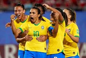 Marta comemora gol