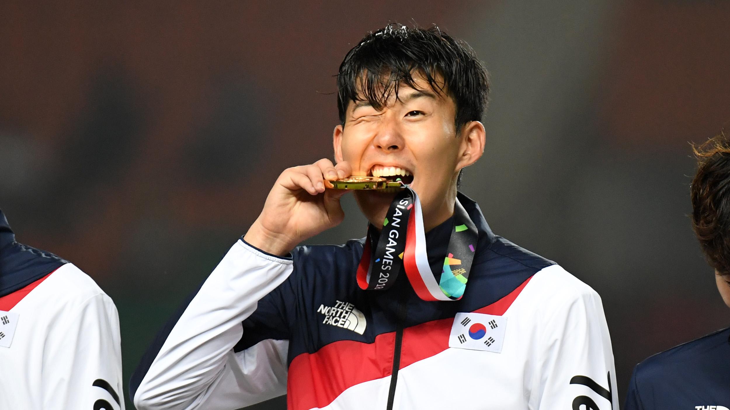 Son Heung-Min festeggia fieramente la sua medaglia d'oro vinta ai giochi asiatici. Foto: Abi Yazid.
