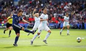 Nakajima chuta diante da marcação de Eliana Stabile