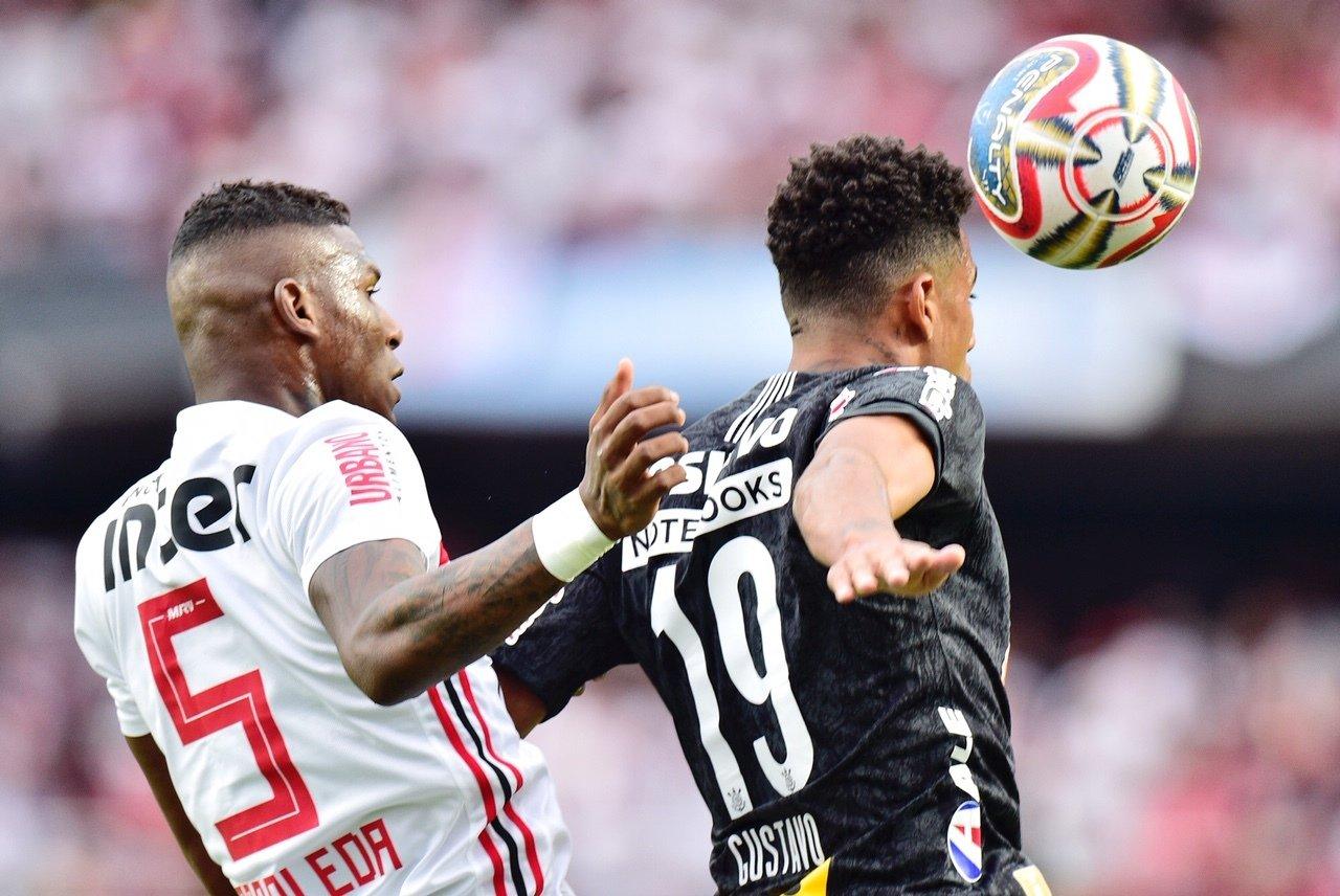 Arboleda e Gustavo, o Gustagol, disputam a bola durante a primeira partida de São Paulo x Corinthians, na final do Campeonato Paulista