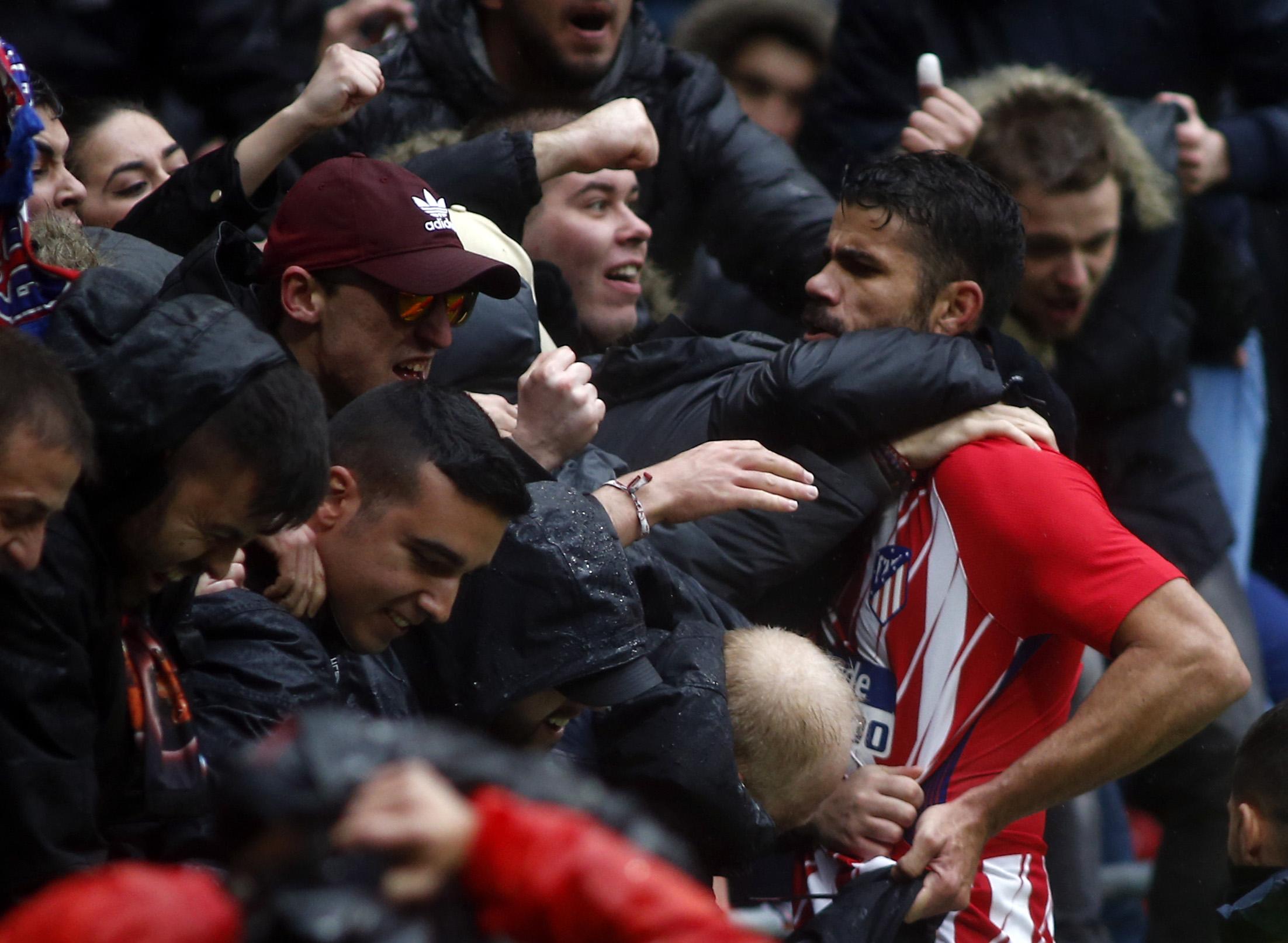 Costa debuta con gol, expulsión y triunfo 2-0 del Atlético