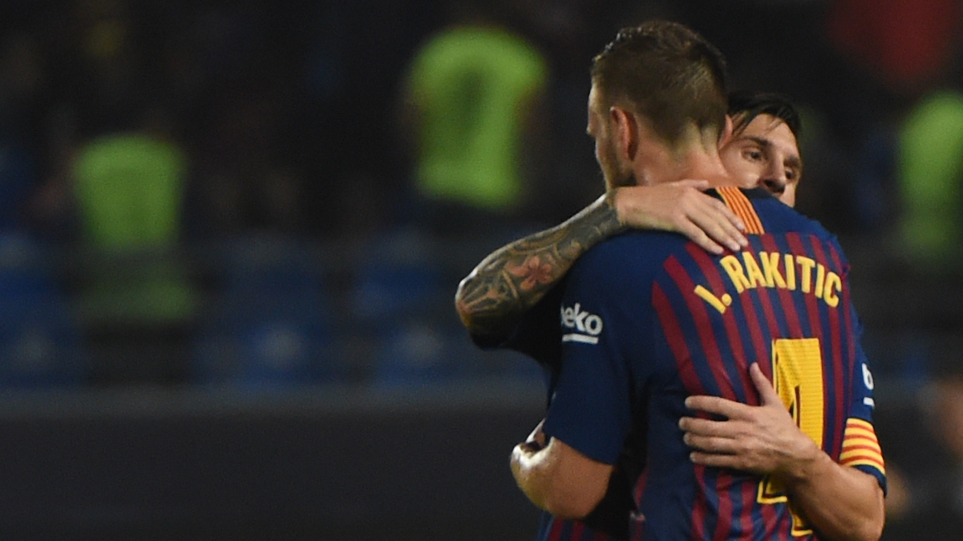 c2ab4311b7 Rakitic recebe o abrao de Messi após gol sobre o PSV (Foto  Getty Images)