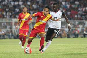 Selangor's Andik Vermansah (middle) tries to get past T-Team's Makan Konate (right) 2016