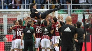 Vincenzo Montella Milan celebrating Serie A