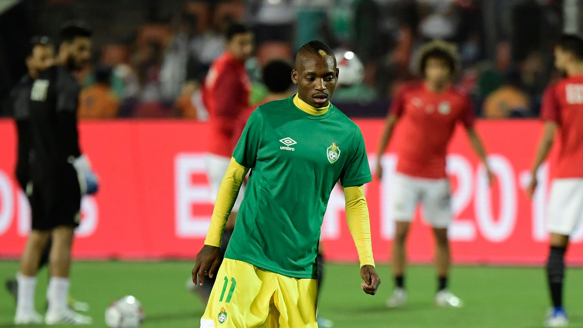Zimbabwe's midfielder Khama Billiat (L) warms up ahead of the 2019 Africa Cup of Nations (CAN) football match between Egypt and Zimbabwe at Cairo International Stadium on June 21, 2019.j