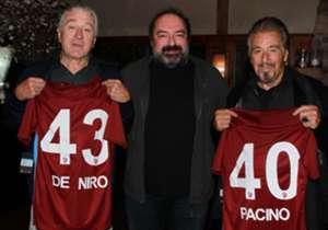 Cosa ci fanno Robert De Niro e Al Pacino con la maglia del Trabzonspor? Un gentile omaggio di Nevzat Aydin, businessman turco e grande tifoso del Trabzonspor, con loro nella foto. Ma se nel loro caso parlare di tifo è alquanto forzato, ovviamente sono ...