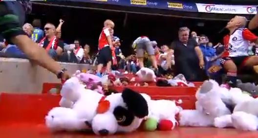 VIDEO: 4000 Kuscheltiere fürs Kinderkrankenhaus bei Feyenoord-Spiel