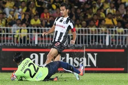 Pahang's Matthew Davies trying to score against Perak 21/1/2017