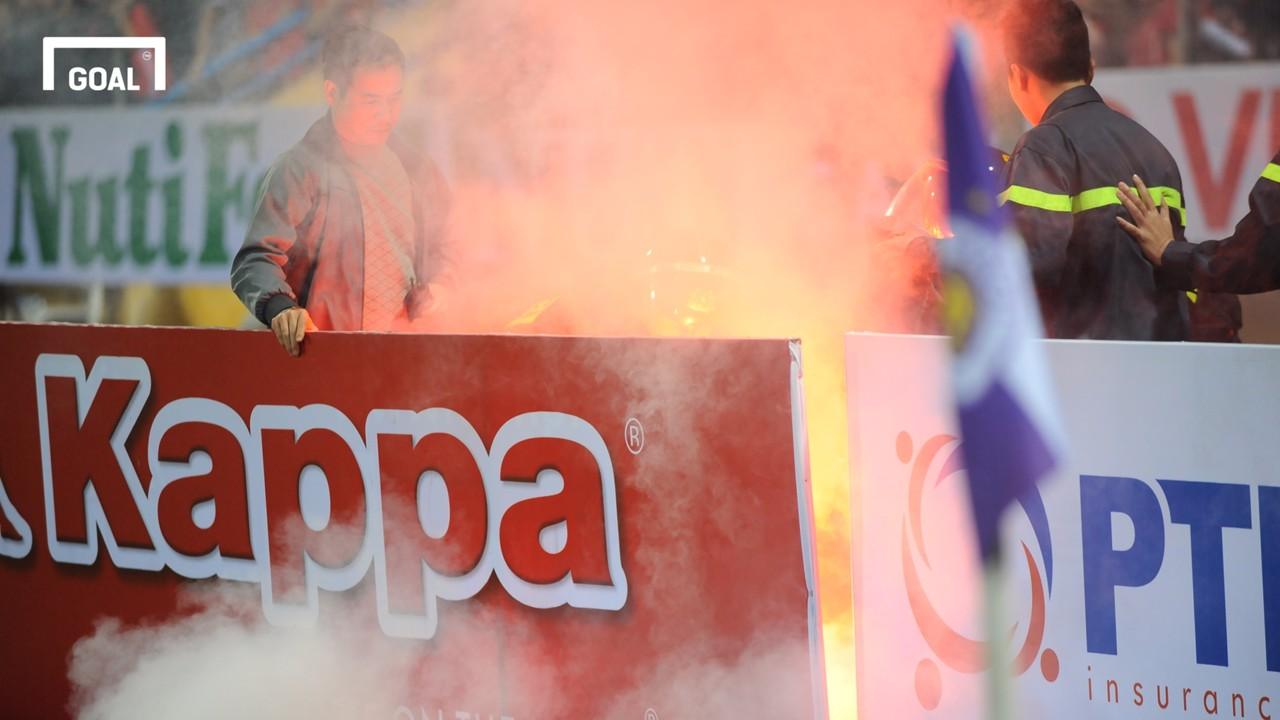 CĐV Hải Phòng đốt pháo sáng cuối trận gặp Hà Nội FC