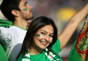"""いよいよ開幕したアジアカップ2019。今大会から出場国が24に増えた4年に一度行われるアジアの覇権争いでは、日々熱い戦いが繰り広げられている。 <br><br> そんなアジア最高のサッカーの祭典は、ピッチ上だけで盛り上がっているわけではない。スタジアムに目を向ければ、そこには美しきサポーターたちが勢揃い。必死になって母国を応援する健気な姿は、人々の心を打つものだ。 <br><br> そんな大会を彩る""""アジアンビューティー""""たちを紹介しよう。<br> (※写真はすべて Getty Images)"""