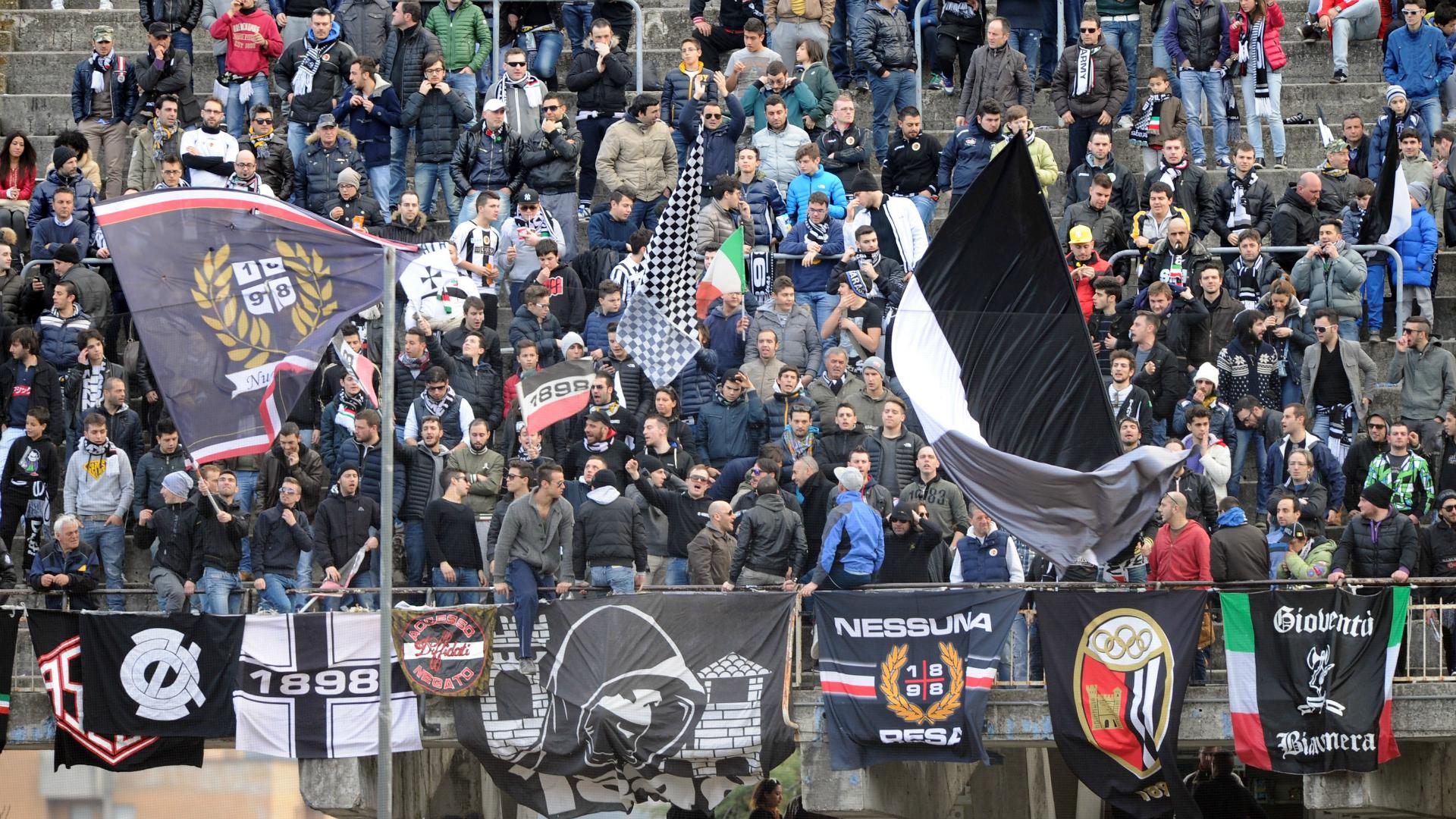 Gli Ultras dell'Ascoli disertano il minuto di silenzio per Anna Frank