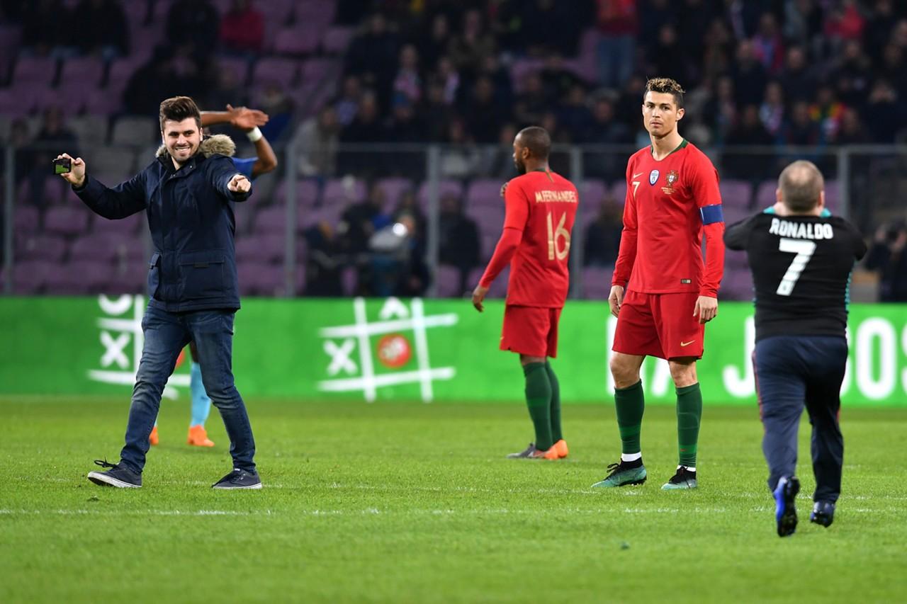ผลการค้นหารูปภาพสำหรับ แฟนบอลบุกหอมแก้มโรนัลโด้เกมพ่ายฮอลแลนด์