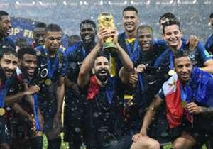 حقق منتخب فرنسا بالأمس لقب كأس العالم الثاني في تاريخه، ليصبح حديث كل صحف العالم الصادرة صباح اليوم، دعونا نستعرض أغلفة أبرز تلك الصحف سويًا.