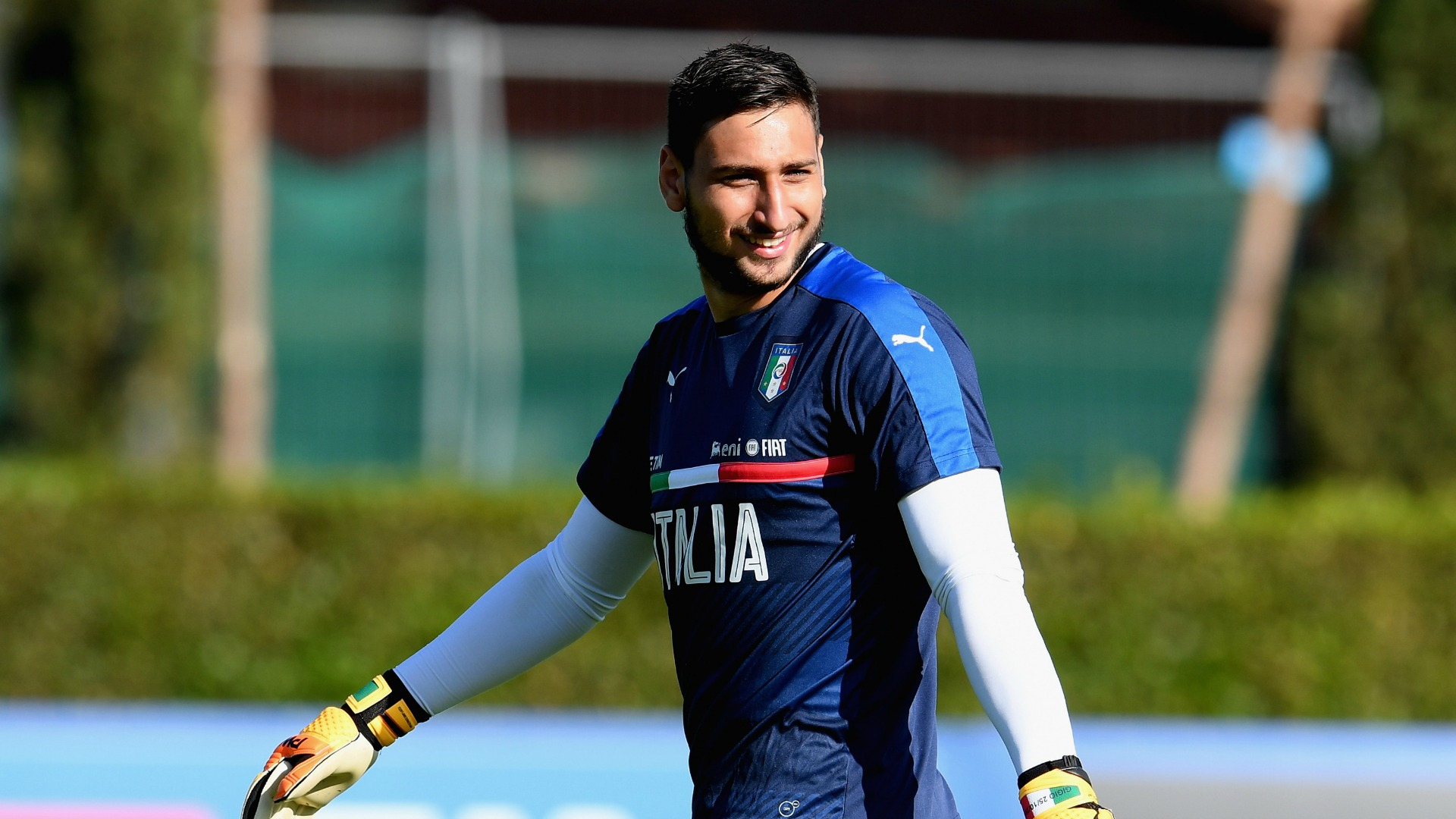 Italia Under 21, striscione e dollari finti a Donnarumma