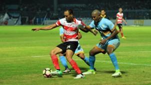 Marcio Nascmento Rozario - Persela Lamongan & Peter Odemwingie - Madura United