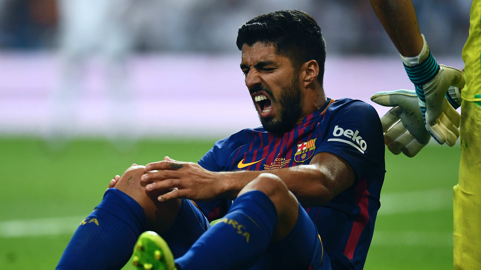 Barcelona's Luis Saurez ruled out for a month