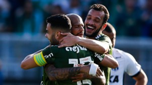 Bruno Henrique, do Palmeiras, comemora gol marcado contra o Ceará com seus companheiros
