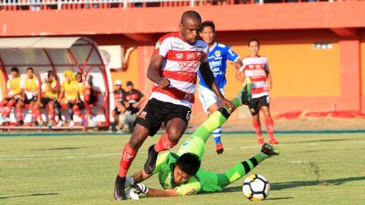 Greg Nwokolo - Madura United & Natshir Mahbuby - Persib Bandung