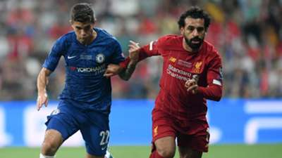 Pulisic e Salah disputam bola na final entre Chelsea e Liverpool