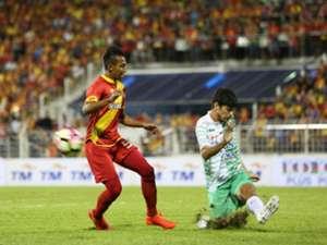 Selangor's Adam Nor Azlin (left) vies for the ball against Melaka United's Khair Jones 27/1/2017