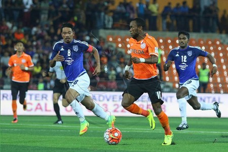 Felda United's Zah Rahan Krangar (right) vies with Johor Darul Ta'zim's Safiq Rahim for the ball 2016