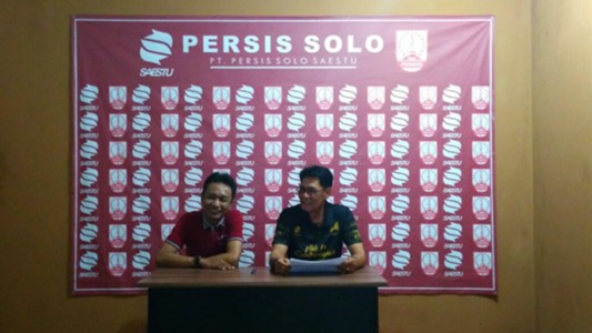 JUMPA PERS Manajer tim Persis Solo, Freddy Muli (kanan) dan Ketua Panpel Persibat Batang, Didik Daryanto