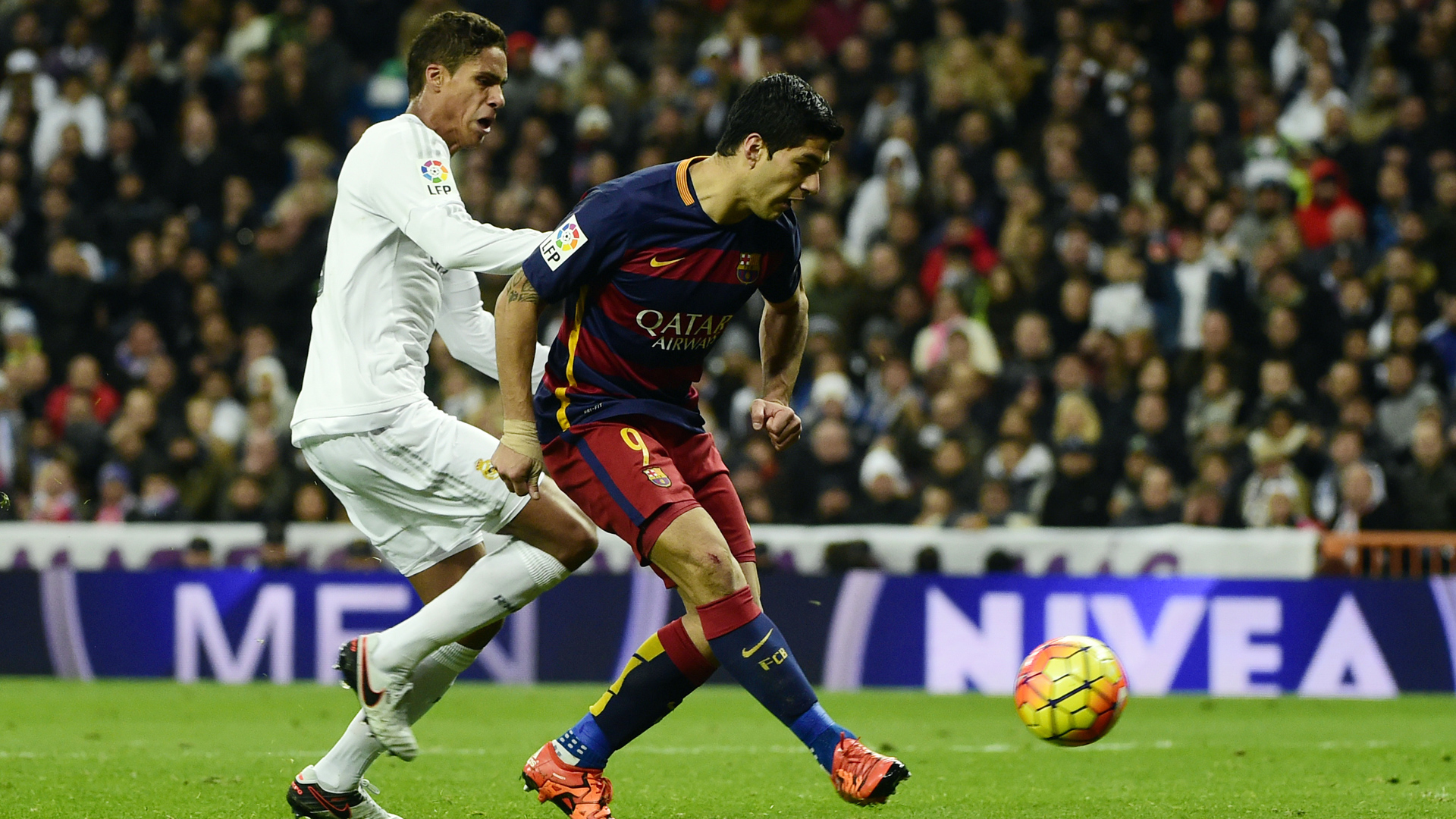 Real Madrid FC Barcelona Raphael Varane Luis Suarez 21112015