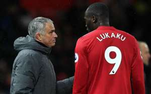Jose Mourinho speaks with striker Romelu Lukaku