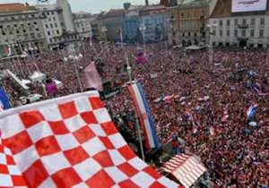 Die Kroaten sind trotz der Niederlage im WM-Finale mächtig stolz auf ihre Mannschaft. Am Montagnachmittag ist die Mannschaft in Zagreb gelandet und zieht mit einem Konvoi in Richtung Ban Jelacic Square, wo weit über 300.000 Fans auf ihre Helden warten....