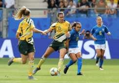 Marta encara a marcação em Brasil x Austrália na Copa do Mundo feminina