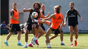 Marcelo y Modric pugnan por un balón