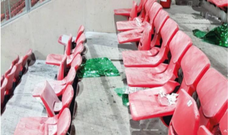 Megrongált székek magyar szurkolók