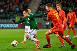 'Chicharito' ante la defensa belga