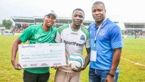 Yakubu Aiyegbeni awards Ernest Wendo (GOR Mahia FC.j