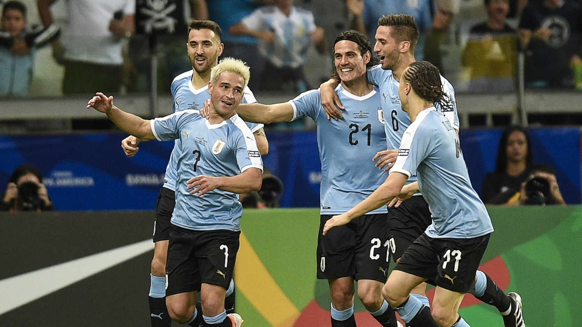 Edinson Cavani, Luis Suarez Score as Uruguay Cruises Past 10-Man Ecuador