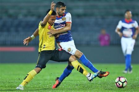 Kelantan's Mohammed G/addar (right) tries to get past Perak's Shahrom Kalam 1/3/2017