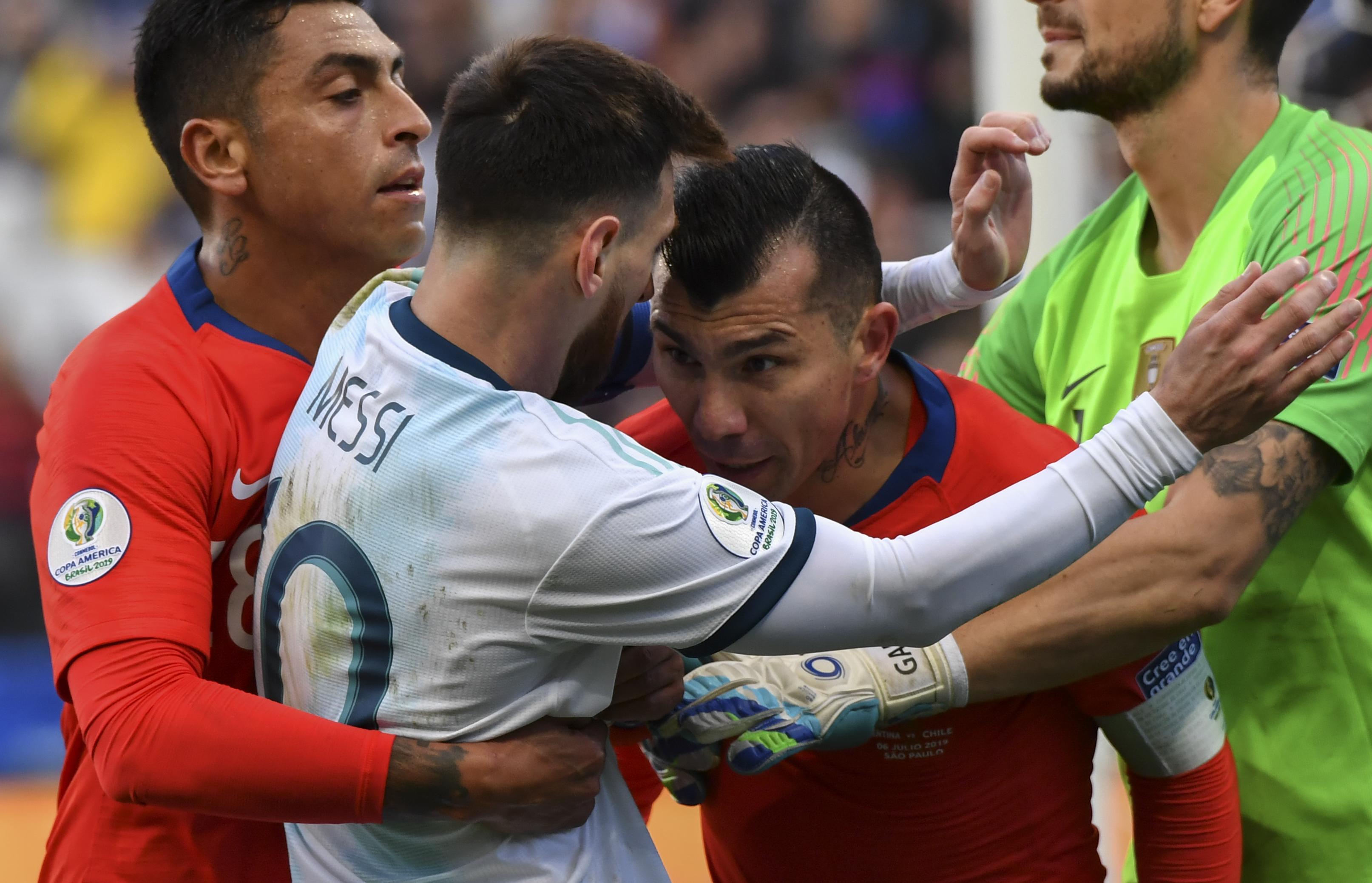Messi x Medel duelo em Itaquera