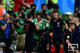 크로아티아 선수들 사이에 깔려있던 AFP통신 사진기자 유리 코르테스(가운데). 사진=게티이미지