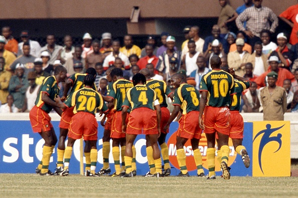 احتفال لاعبي الكاميرون بهدفهم في نيجيريا عام 2000