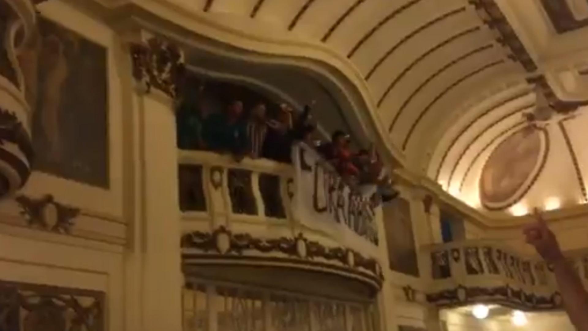 Torcedores do Fluminense invadem reunião e protestam contra Abad
