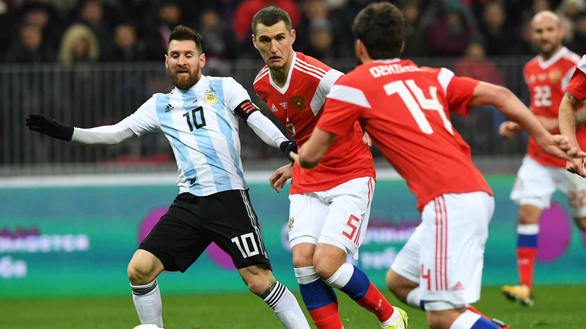 Messi, Viktor Vasin y Georgiy Dzhikiya. Rusia Argentina 11112017