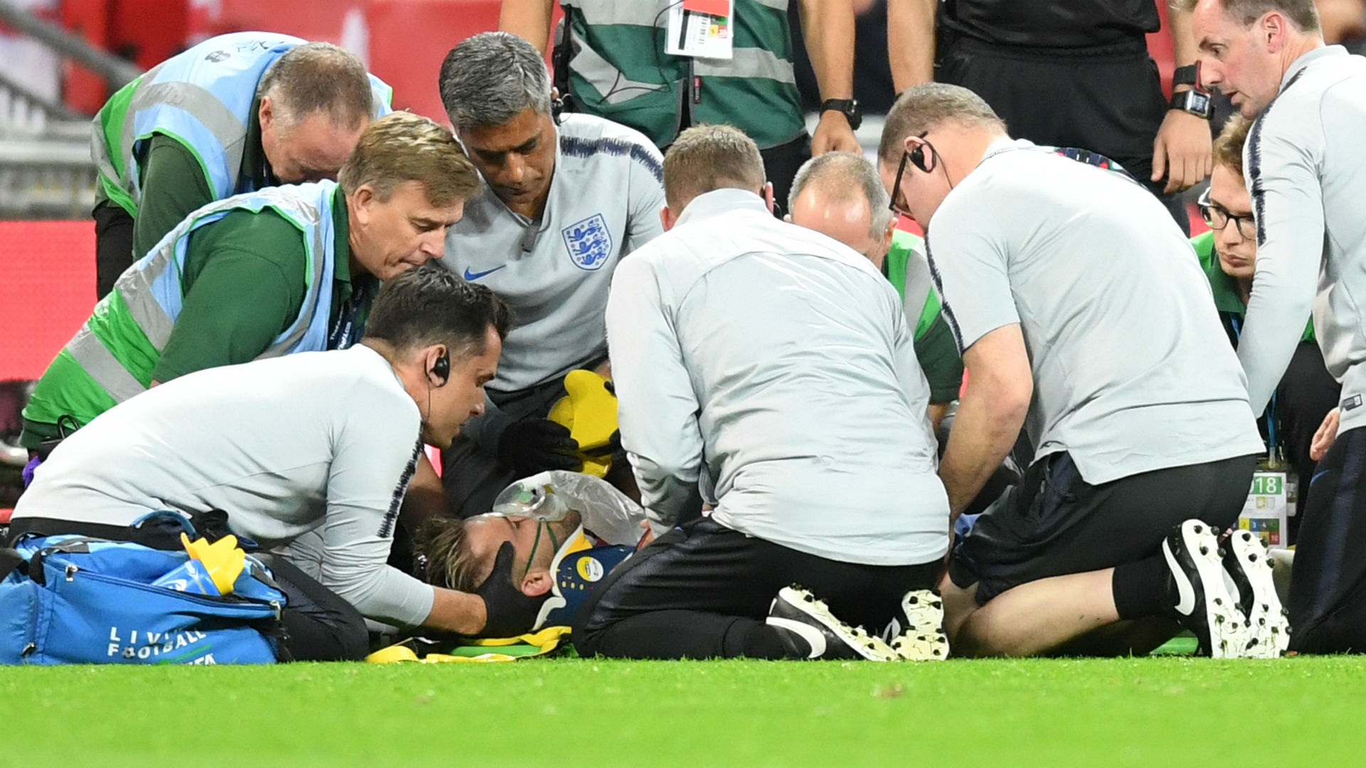 Image result for ชอว์ฟื้นตัวหลังหัวกระแทกพื้นเกมพ่ายสเปน